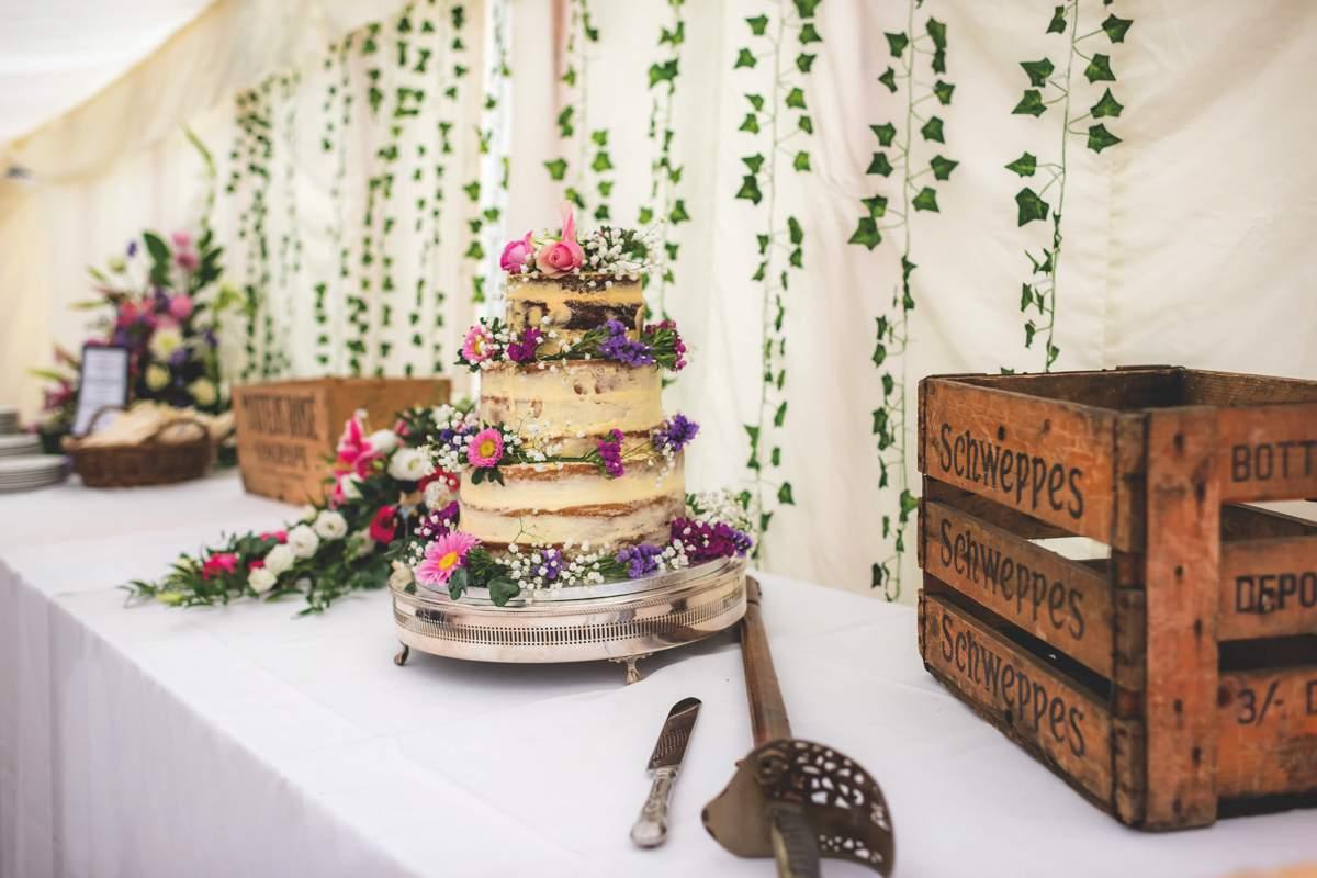 93cc6ab1ce Wedding cakes - real wedding inspiration - Love Our Wedding